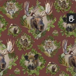 Wzór tapety strażnicy lasu z leśnymi zwierzętami na bordowym tle