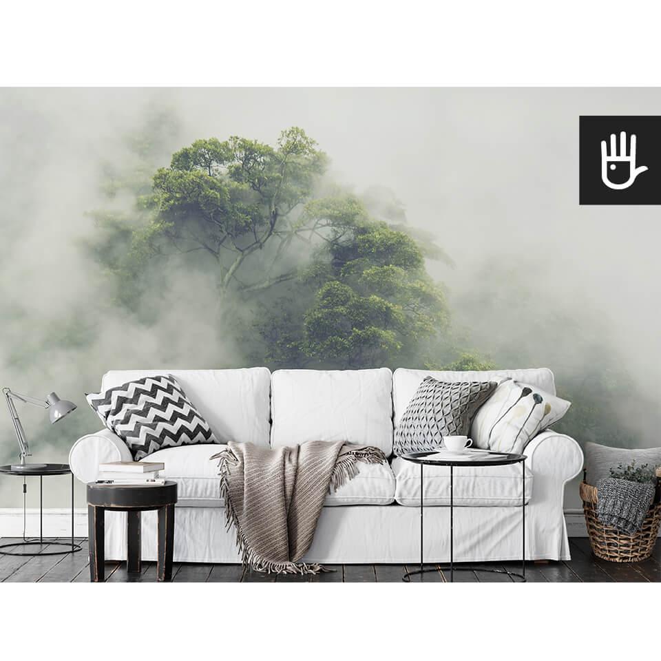 salon z białą sofą z fototapetą tropikalny las w japonii
