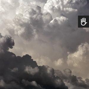Fototapeta kłębiaste chmury w odcieniach szarości