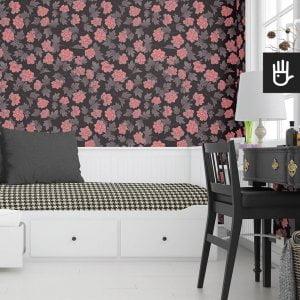 wnętrze pokoju z tapetą w różowe piwonie w stylu orientalnym na czarnym tle