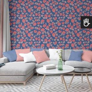 wnętrze salonu z tapetą w koralowe piwonie w stylu retro na niebieskim tle