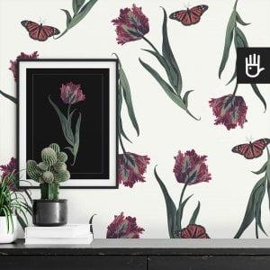 wnętrze z detalem tapety biały tulipan z różowymi tulipanami i motylami na białym tle