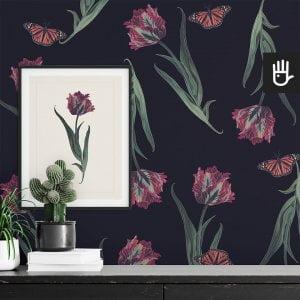 wnętrze z detalem tapety czarny tulipan z różowymi tulipanami i motylami na czarnym tle