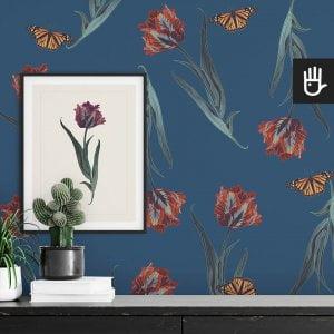 wnętrze z detalem tapety niebieski tulipan z czerwonymi tulipanami i motylami na niebieskim tle