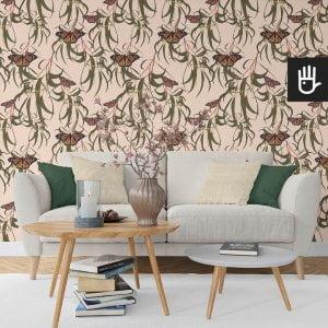wnętrze salonu z jasną kanapą z tapetą beżowe motyle w liściach na kremowym tle