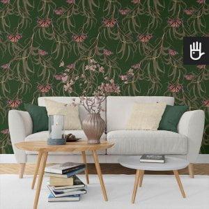 wnętrze salonu z jasną kanapą na tle tapety zielone motyle w liściach na tle w kolorze butelkowej zieleni