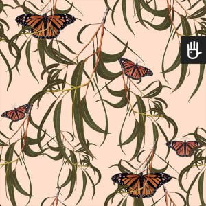 wzór tapety beżowe motyle w liściach na jasnobeżowym tle