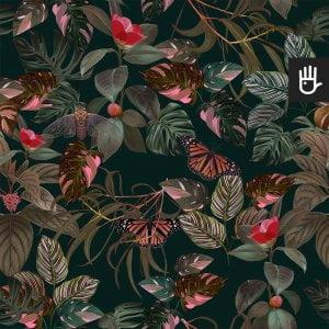 wzór tapety Tropikalne liście - butelkowa zieleń na ciemnozielonym tle