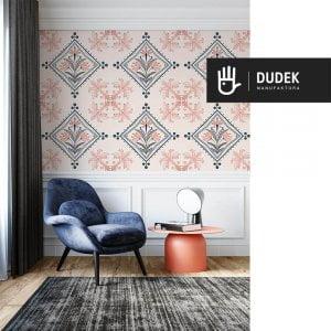 Wnętrze ekskluzywnego salonu z tapetą kolorowa Barcelona z tapetą z różowo-niebieskomorskim wzorem na tle w kolorze złamanej różem bieli