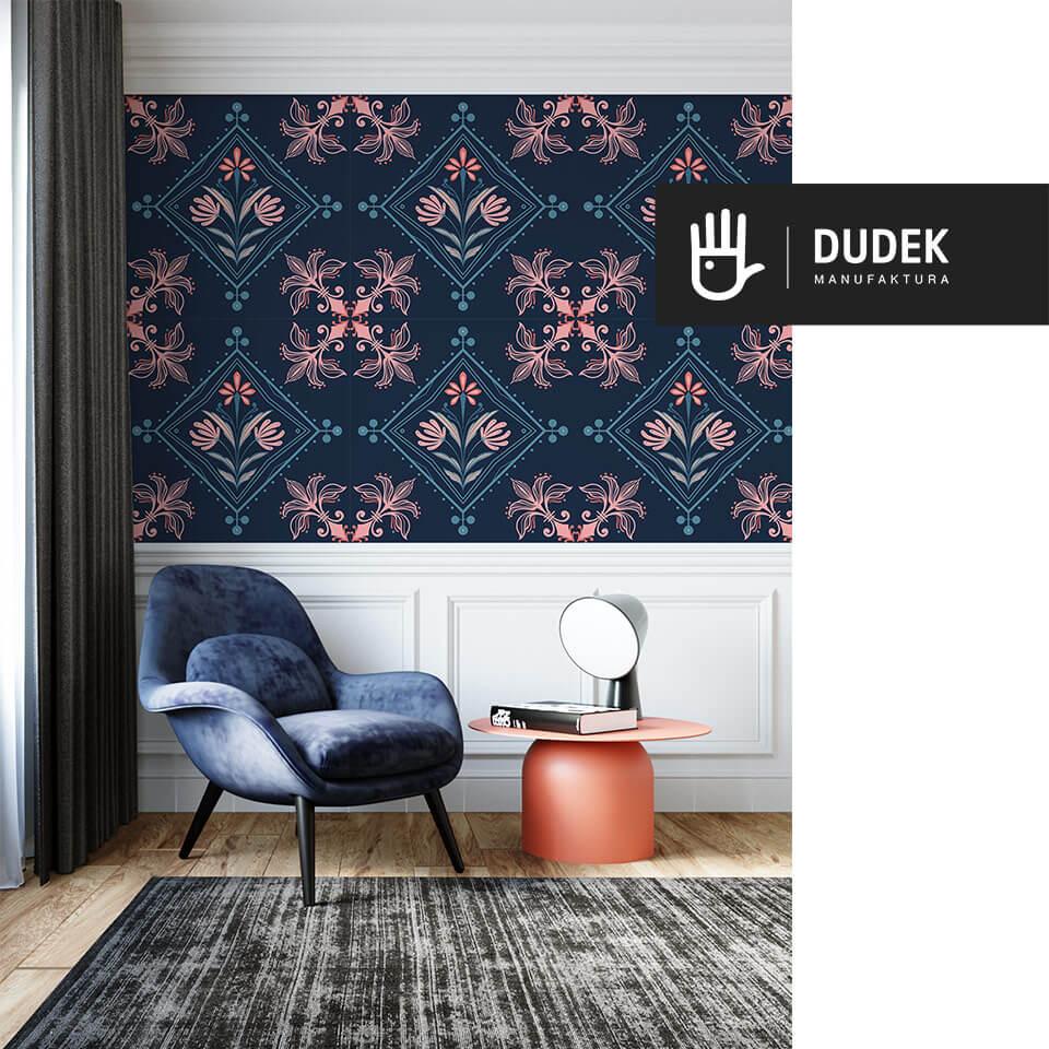 nowoczesny salon z tapetą kolorowa Kopenhaga z niebiesko-różowym wzorem na granatowym tle