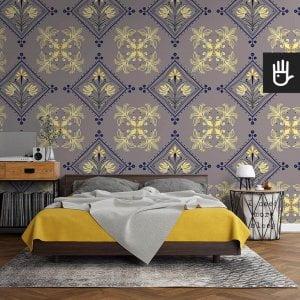 sypialnia w stylu retro z tapetą Kolorowy Rzym z granatowo-żółtym wzorem na tle w kolorze szarym