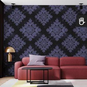 salon w stylu nowoczesnym z tapetą czarny Paryż z fioletowym wzorem na czarnym tle