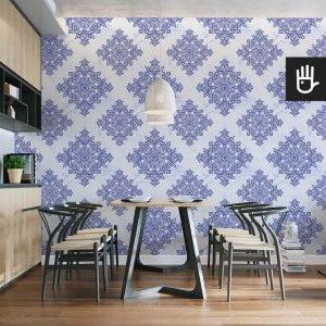 wnętrze kuchni z tapetą niebieska Lizbona z niebieskim wzorem na białym tle z kategorii tapeta geometryczna - kafelki