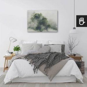 wnętrze sypialni w jasnych barwach z obrazem Tropikalny las w Japonii nad łóżkiem