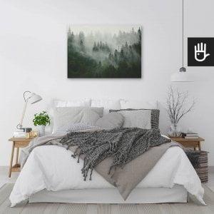 wnętrze sypialni w jasnych barwach z obrazem Las we mgle nad łóżkiem