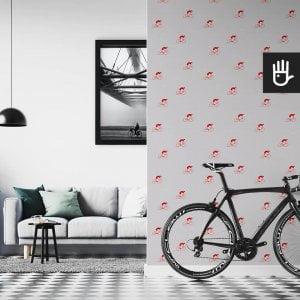 wnętrze mieszkania miłośnika rowerów z tapetą na ścianie z czerwonymi kolarzami na szarym tle