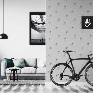 wnętrze mieszkania miłośnika rowerów z szarą tapetą na ścianie z szarymi kolarzami