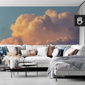 wnętrze salonu w stylu boho z kanapą z kolorowymi poduszkami na tle tapety ściennej z chmurami Fototapeta Poranne niebo