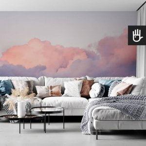 wnętrze salonu w stylu boho z kanapą z kolorowymi poduszkami na tle tapety ściennej z chmurami Fototapeta Różowe obłoki