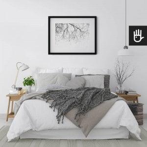wnętrze sypialni w jasnych barwach z plakatem Gałęzie na wietrze nad łóżkiem