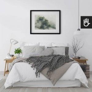 wnętrze sypialni w jasnych barwach z plakatem Tropikalny las w Japonii nad łóżkiem