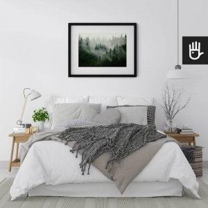 wnętrze sypialni w jasnych barwach z plakatem Las we mgle nad łóżkiem