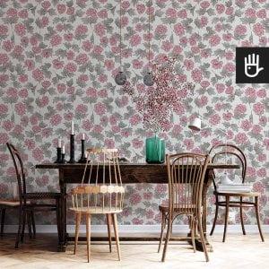 wnętrze salonu z tapetą w piwonie w stylu romantycznym