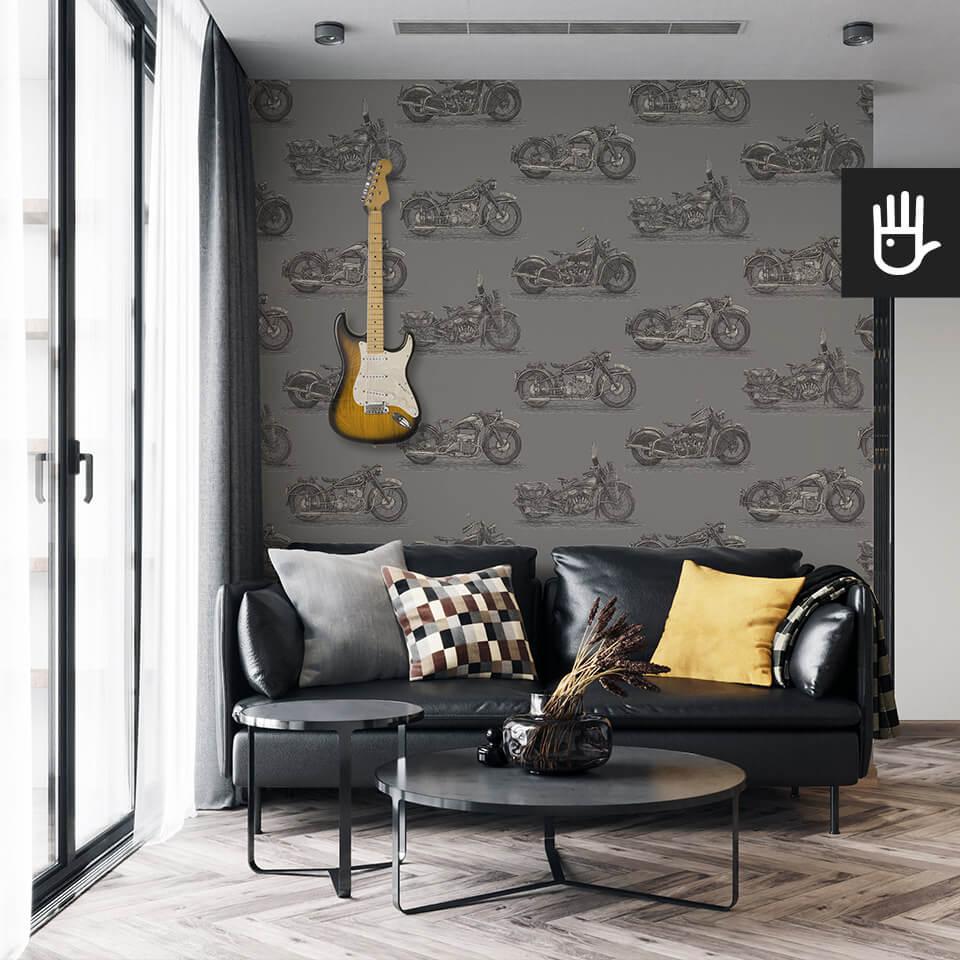 wnętrze salonu w męskim stylu z czarną tapetą z zabytkowymi motocyklami