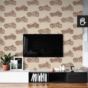wnętrze salonu ze ścianą telewizyjną z tapetą ścienną w brązowy wzór z motocyklami na beżowym tle