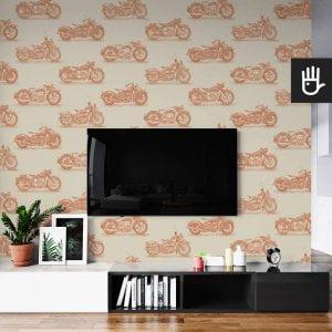 wnętrze salonu ze ścianą telewizyjną z tapetą ścienną w pomarańczowy wzór z motocyklami