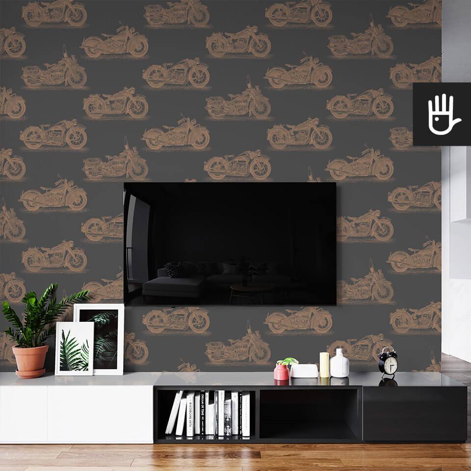 wnętrze salonu ze ścianą telewizyjną z tapetą ścienną w złoty wzór z motocyklami na grafitowym tle