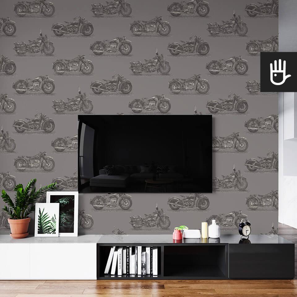 wnętrze salonu ze ścianą telewizyjną z tapetą ścienną w czarny wzór z motocyklami na szarym tle