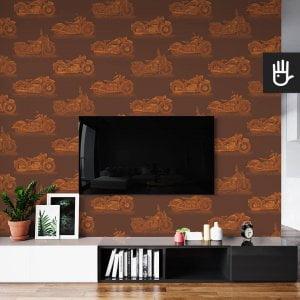 wnętrze salonu ze ścianą telewizyjną z tapetą ścienną w rdzawy wzór z motocyklami na bordowym tle