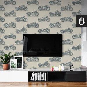 wnętrze salonu ze ścianą telewizyjną z tapetą ścienną w granatowy wzór z motocyklami na szarym tle