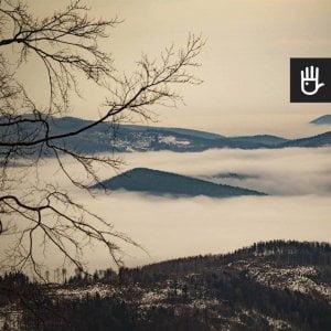 Kadr fototapety Beskidy we mgle w kolorystyce granatowo-beżowej