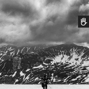 kadr fototapety Śnieg w Tatrach w kolorystyce czarno-białej