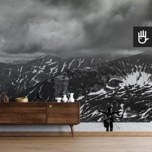 wnętrze nowoczesnego salonu z brązową komodą na tle fototapety Śnieg w Tatrach
