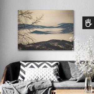 wnętrze salonu z obrazem na płótnie Beskidy we mgle, który wisi na ścianie za kanapą z poduszkami