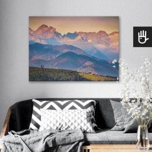 wnętrze salonu z obrazem na płótnie Panorama Tatr, który wisi na ścianie za kanapą z poduszkami