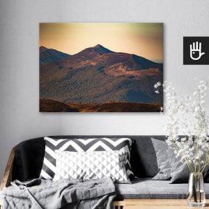 wnętrze salonu z obrazem na płótnie Połonina Wetlińska, który wisi na ścianie za kanapą z poduszkami