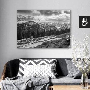wnętrze salonu z obrazem na płótnie Polskie Tatry, który wisi na ścianie za kanapą z poduszkami