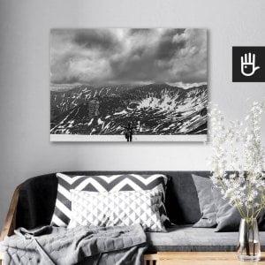 wnętrze salonu z obrazem na płótnie Śnieg w Tatrach, który wisi na ścianie za kanapą z poduszkami
