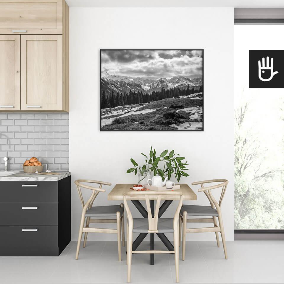 wnętrze kuchni ze stołem nad którym wisi plakat Polskie Tatry