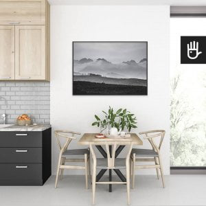 wnętrze kuchni ze stołem nad którym wisi plakat Szczyty w chmurach