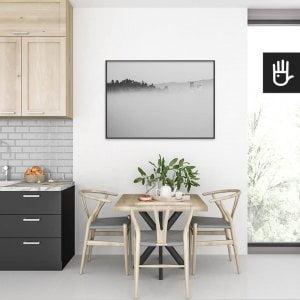 wnętrze kuchni ze stołem nad którym wisi plakat Zamek we mgle