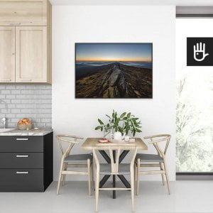 wnętrze kuchni ze stołem nad którym wisi plakat na bieszczadzkim szlaku