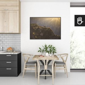 wnętrze kuchni ze stołem nad którym wisi plakat Kozice górskie