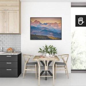 wnętrze kuchni ze stołem nad którym wisi plakat Panorama Tatr