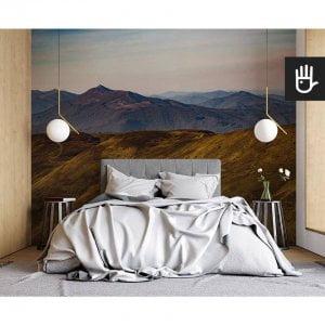 nowoczesna sypialnia w stylu naturalnym z fototapetą Górskie wędrówki na ścianie za łóżkiem