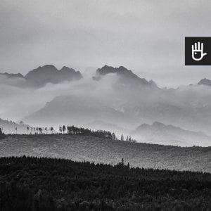 kadr czarno-białej fototapety górskie szczyty w chmurach
